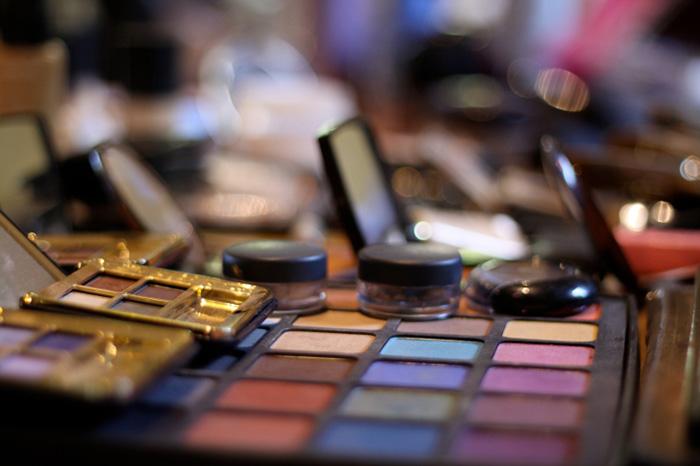 Trabajar en los bichos: hacer el maquillaje correctamente.