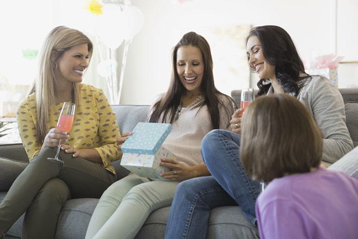 Что подарить беременной: полезные идеи