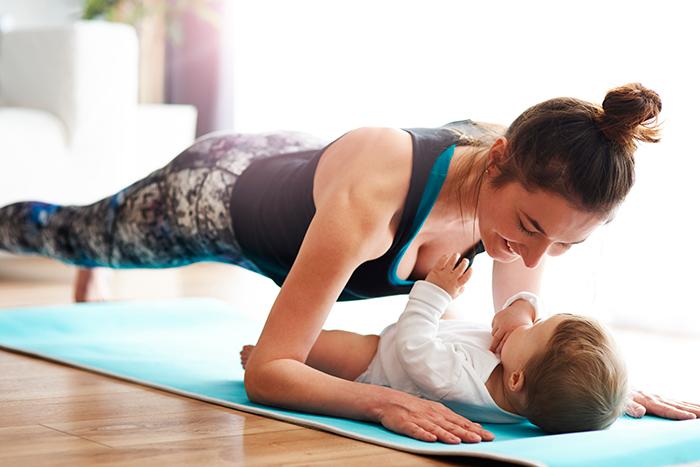Вместе веселее: 5 упражнений для мамы с малышом