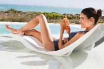 Солнцезащитный крем или активатор загара: что безопаснее?