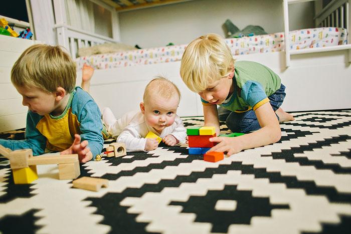 Как учить малышей играть вместе?