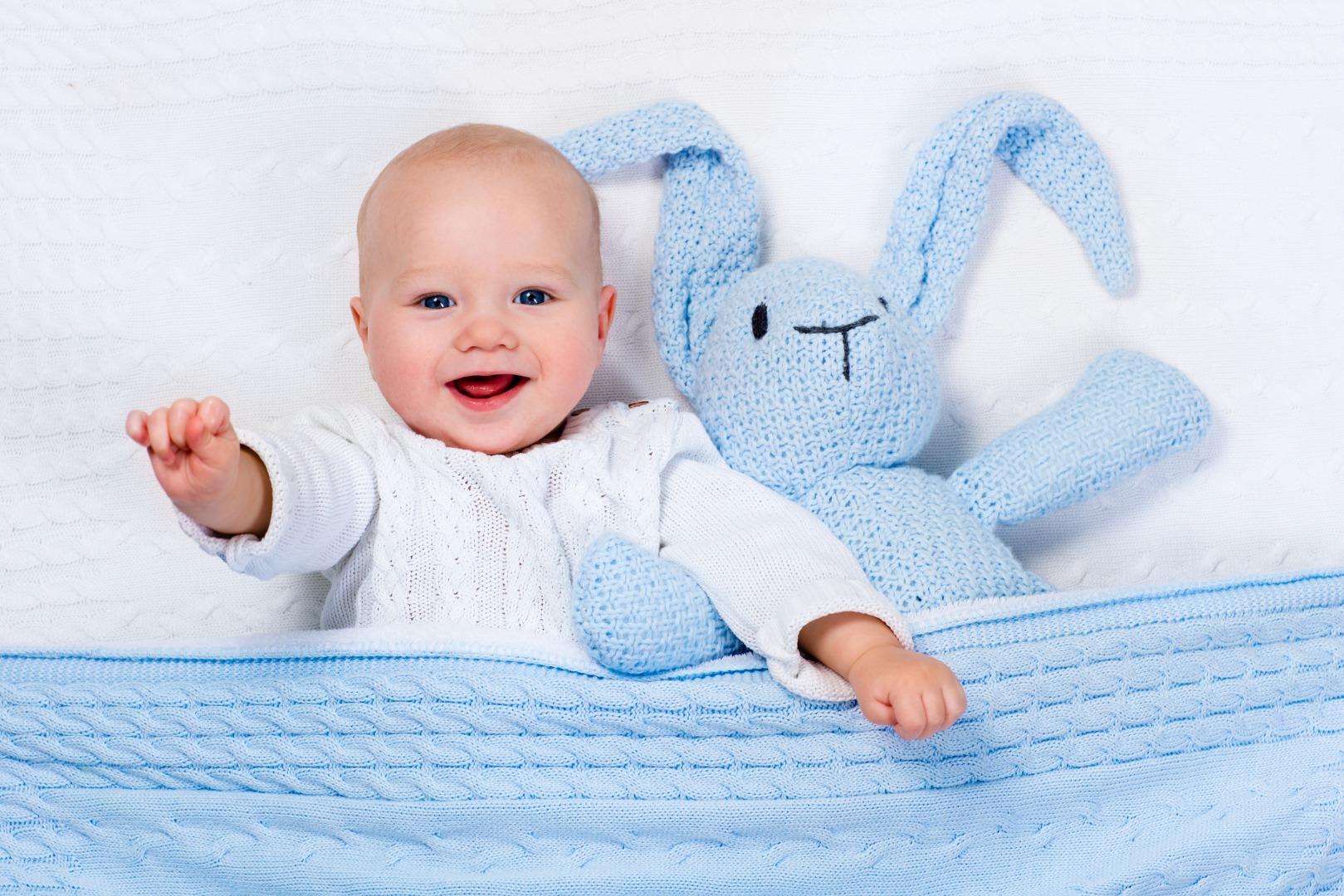 Когда младенец начинает улыбаться и смеяться?