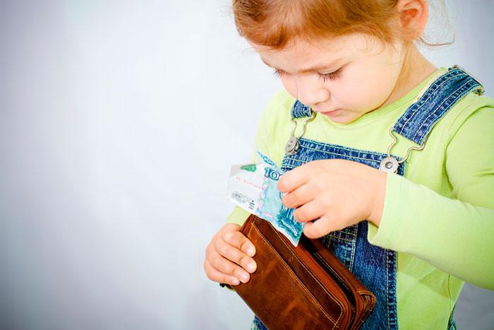 Как научить ребенка правильному отношению к деньгам
