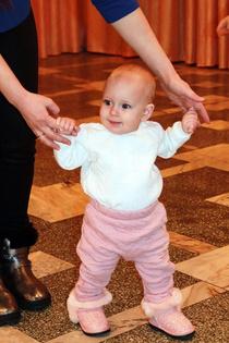 Маленькая принцесса учится ходить