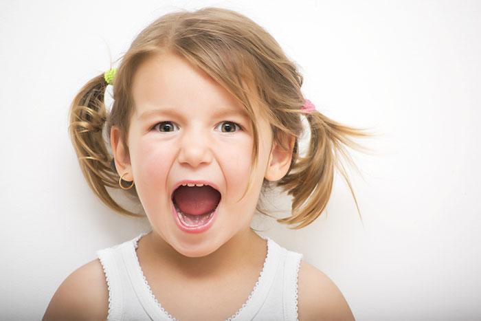 Почему ребенок громко разговаривает и кричит