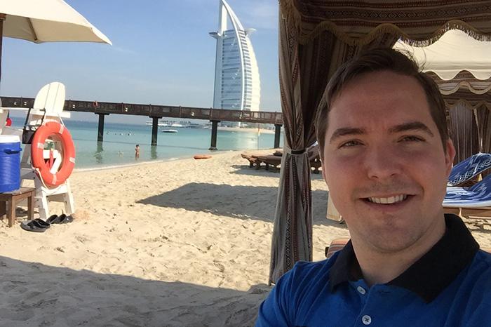 Английский гувернер в Дубае всегда следит, чтобы ребенок был намазан кремом от загара и находился в тени, а также обучает ребенка, как правильно плавать и строить замок из песка, похожий на Бурдж-эль-Араб.
