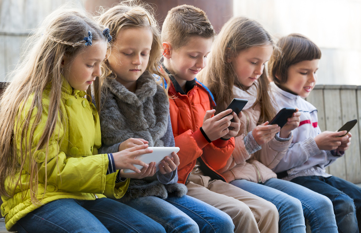 The child is hooked on gadgets: what to do?