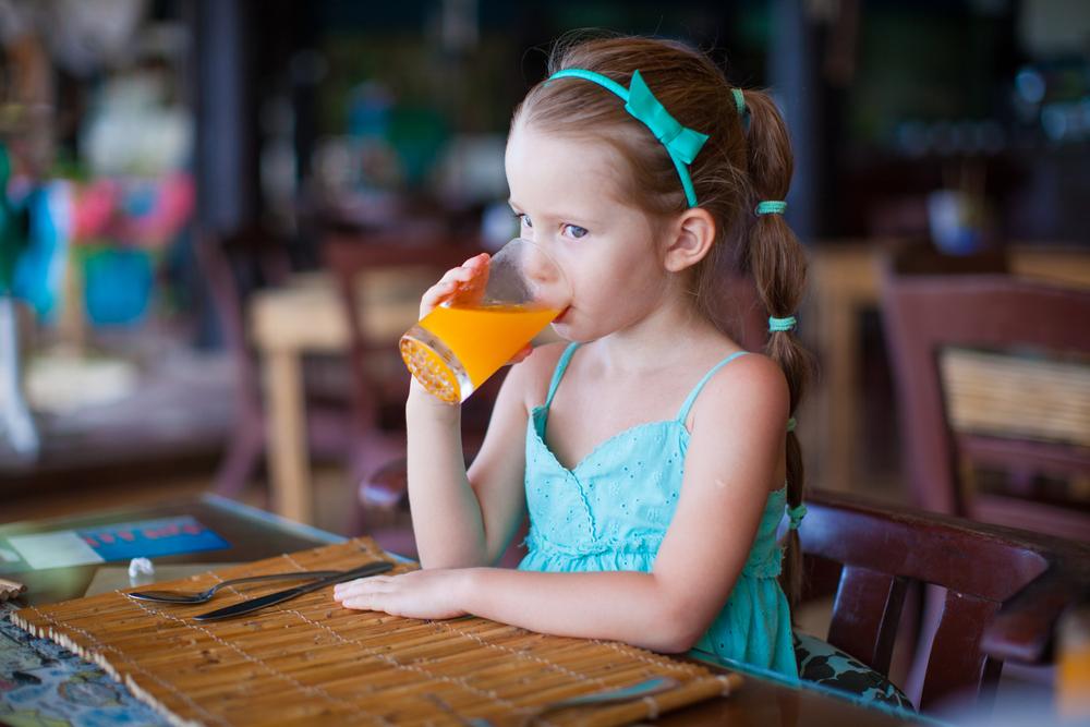 Врачи советуют не давать детям фруктовые соки