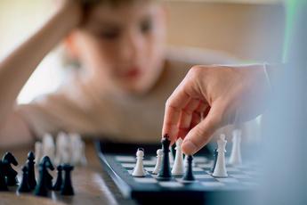 Учим ребенка играть в шахматы: как и зачем