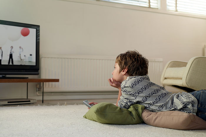 do kids watch too much tv essay I think nowadays children do watch much more tv than in the past the number of bored children raised after school a lot of kids don't know what to do because they have no friends or anybody to play with.