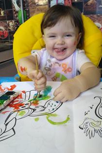 Ева учится рисовать красками