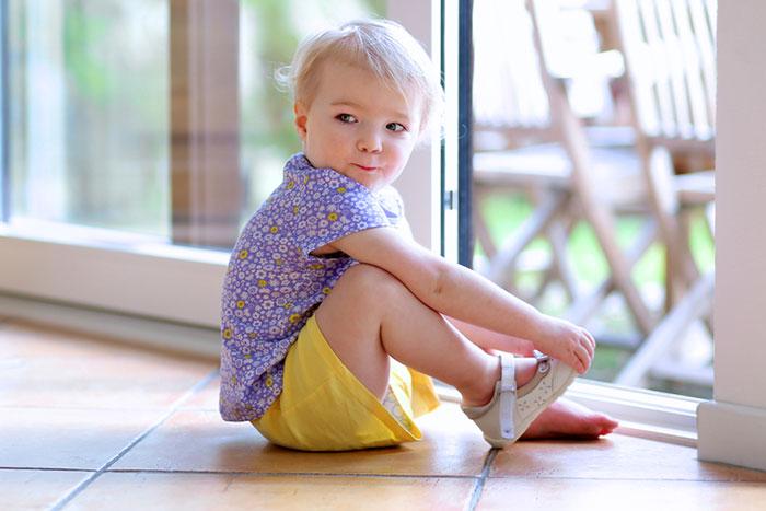 Bebé pisando fuerte: 5 consejos prácticos sobre cómo elegir zapatos para los primeros pasos