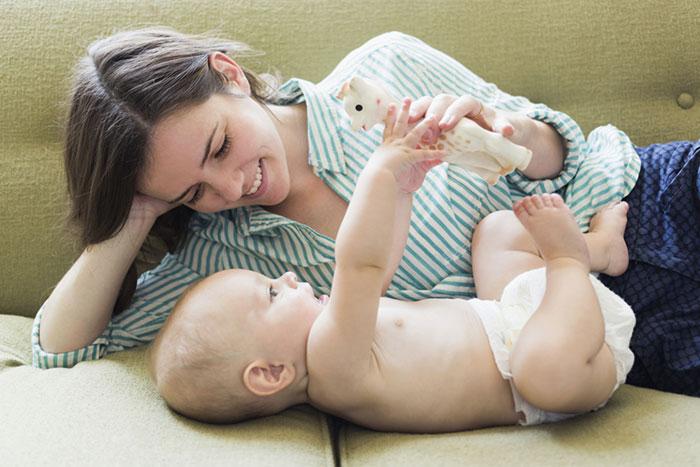 Первые развивающие игры для грудничка